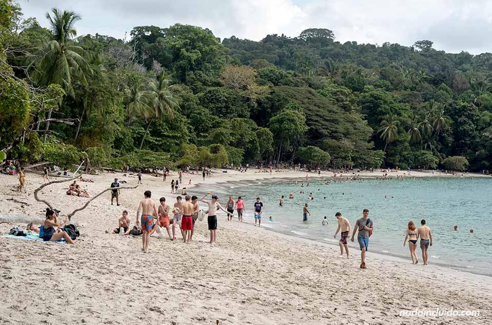 Muchos turistas en la playa del parque nacional Manuel Antonio (Costa Rica)