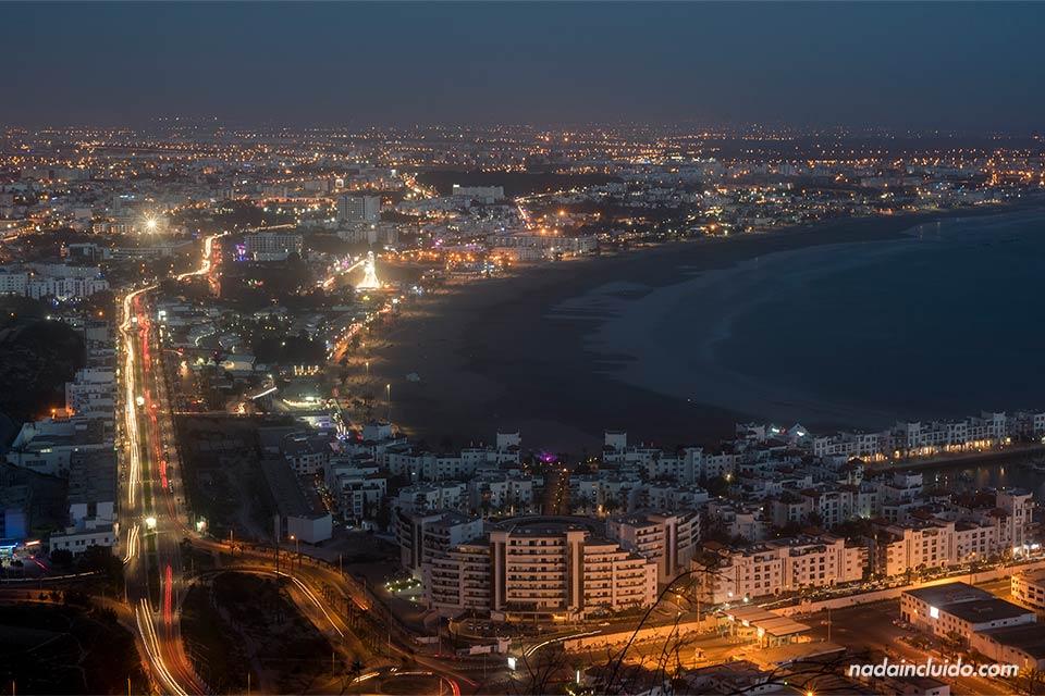 Agadir de noche vista desde la antigua Kasbah (Marruecos)