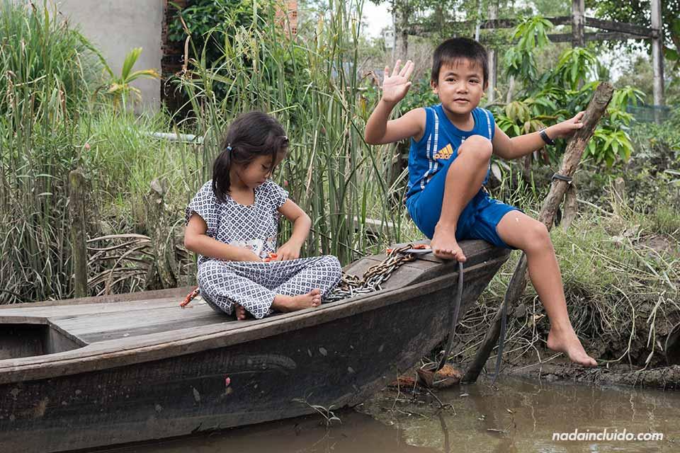 Niños juegan en una barca de remos en el delta del Mekong (Vietnam)