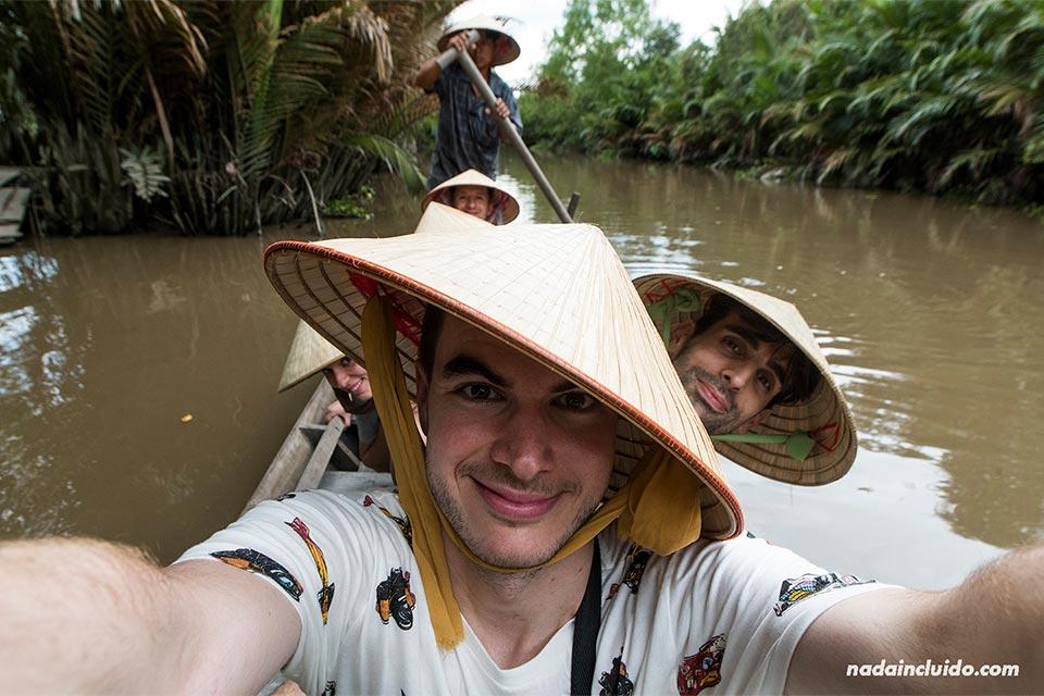 Recorriendo en una barca de remos unos canales del delta del Mekong (Vietnam)