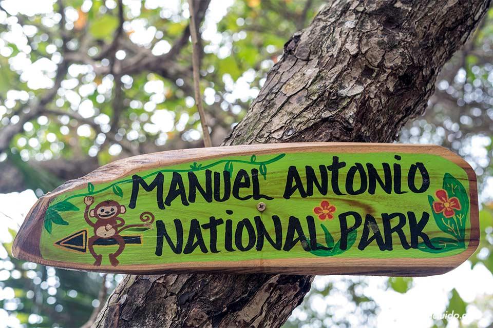 Cartel sobre el parque nacional Manuel Antonio (Costa Rica)