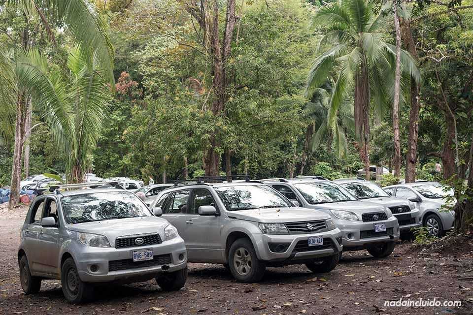 Coches de alquiler en el parking de Manuel Antonio (Costa Rica)