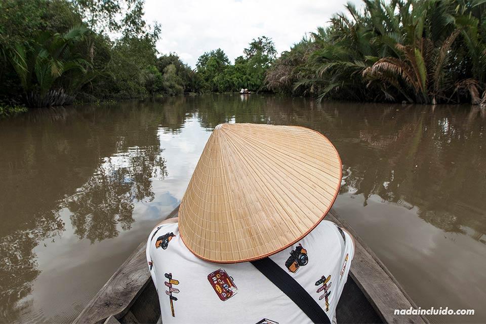 Recorriendo los canales del delt del Mekong en una barca de remos (Vietnam)