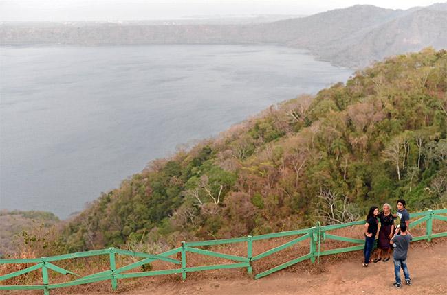 Turistas fotografiándose en La Laguna de Apoyo (Nicaragua)