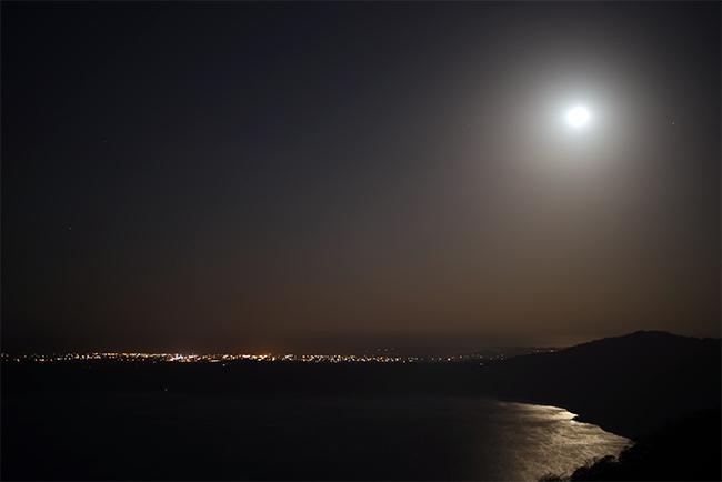 Fotografía nocturna de la Laguna de Apoyo tomada desde el mirador de Catarina (Nicaragua)