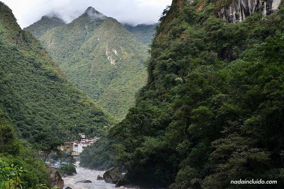 Aguas calientes desde lejos. Camino al Machu Picchu