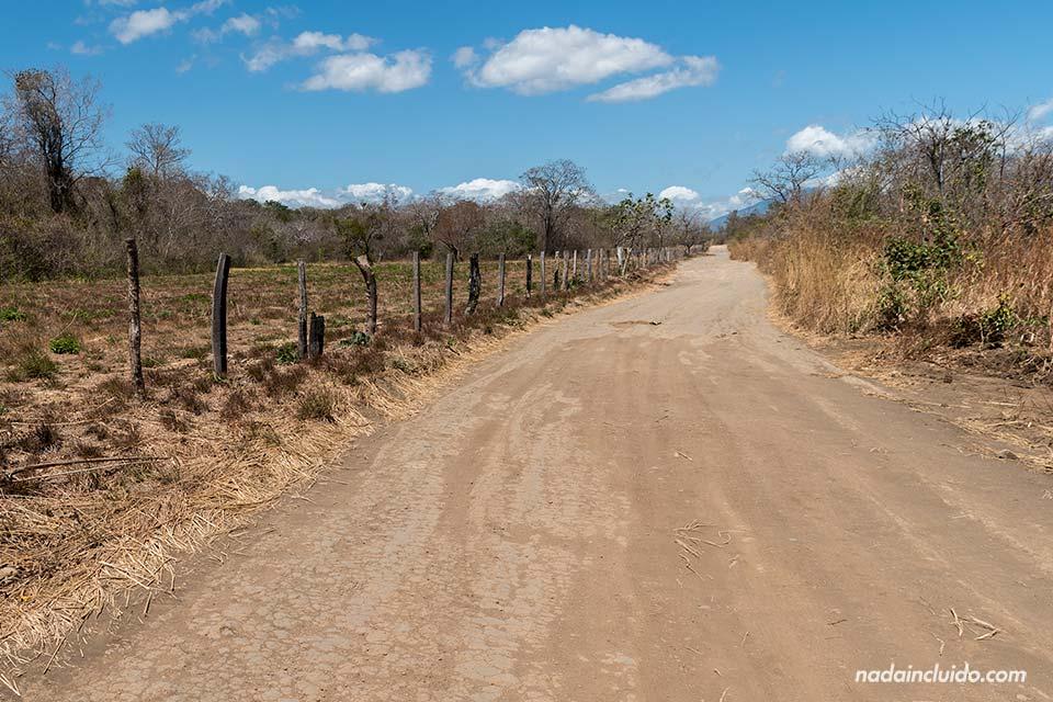 Caminado por el árido sendero hacia las cataratas de Llanos de Cortés en Guanacaste (Costa Rica)