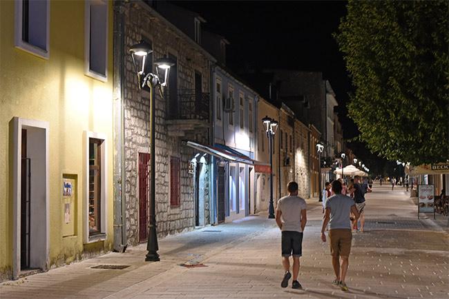 Centro de urbano de Cetinje por la noche (Montenegro)