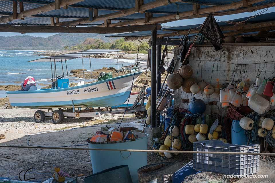Barca de pesca en el pueblo de pescadores de Mal País (Costa Rica)