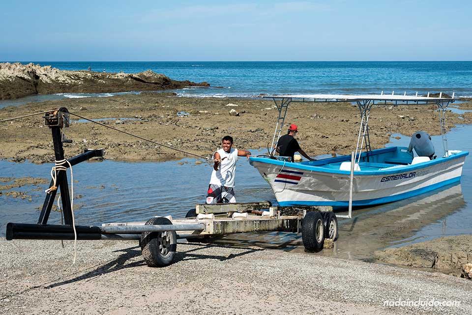 Pescadores faenando en el pueblo de Mal País (Costa Rica)