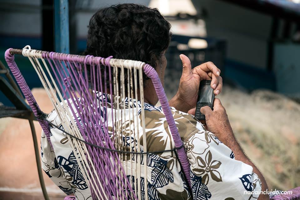 Un pescador utiliza el móvil en el pueblo pesquero de Malpaís (Costa Rica)