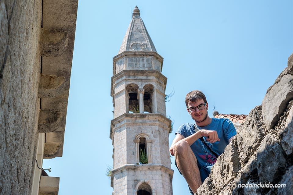 Junto a la Sveti Kriz de Perast (Montenegro)