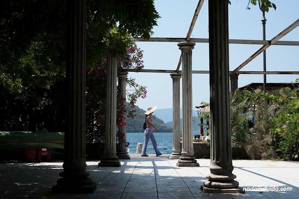Turista paseando por el Stari Grad de Perast (Montenegro)