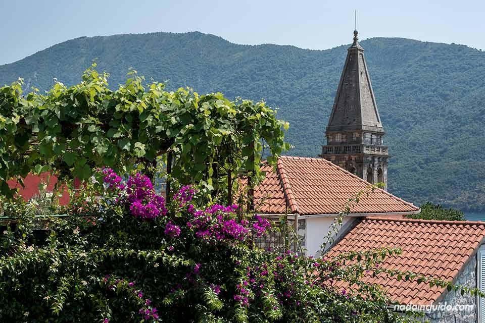 Torre de la iglesia de St Nikolas en Perast (Montenegro)