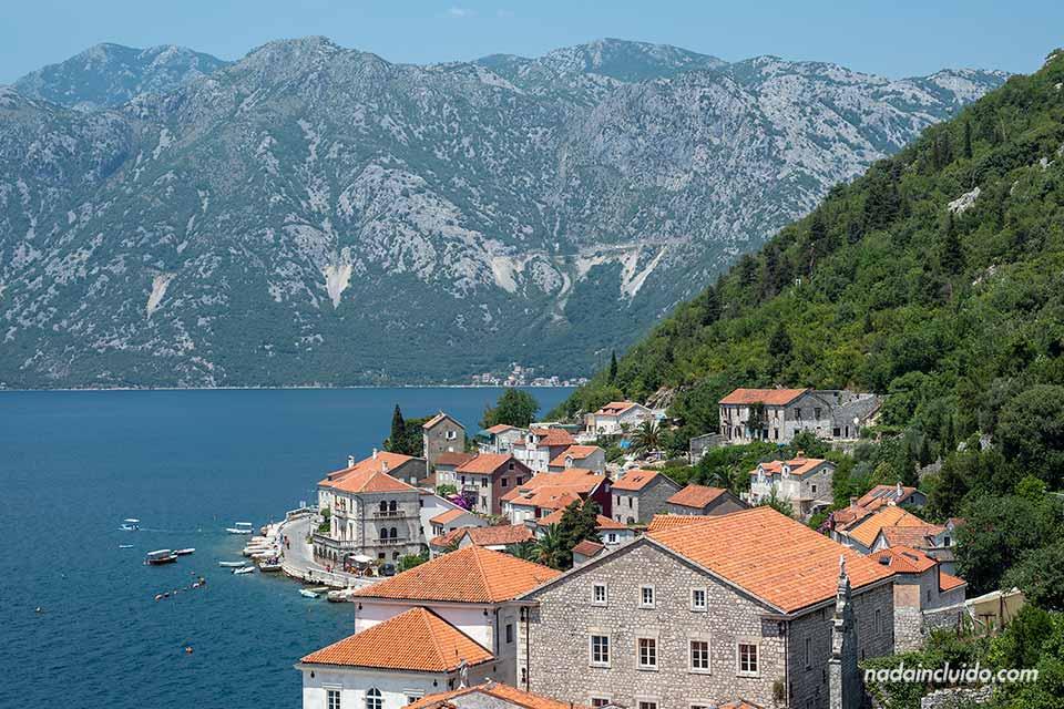 Vista de Perast desde la Torre de St Nikolas (Montenegro)