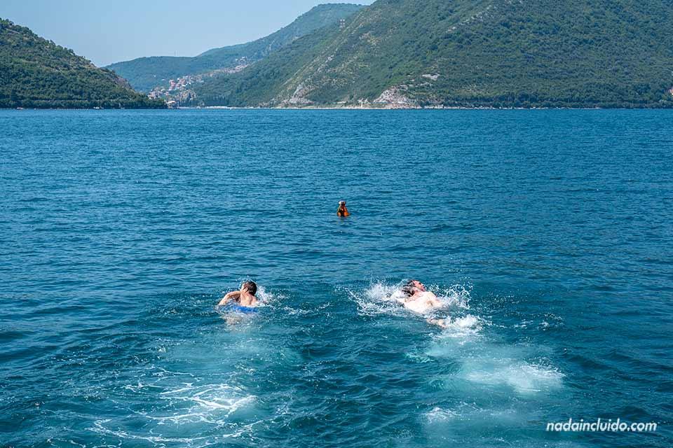 Nadando en la Bahía de Kotor junto a Perast (Montenegro)
