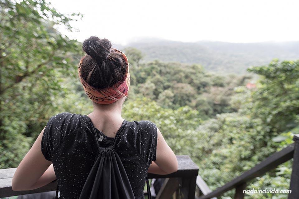 Turista en el mirador del Parque Nacional Volcán Tenorio (Costa Rica)