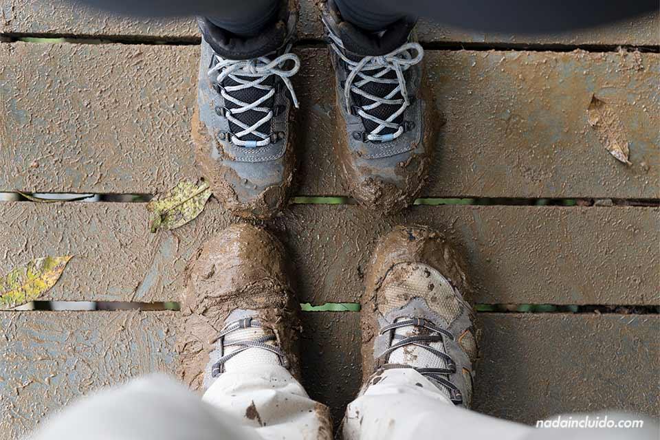 Con las botas embarradas después de pasear por Río Celeste, en el Parque Nacional del Volcán Tenorio (Costa Rica)