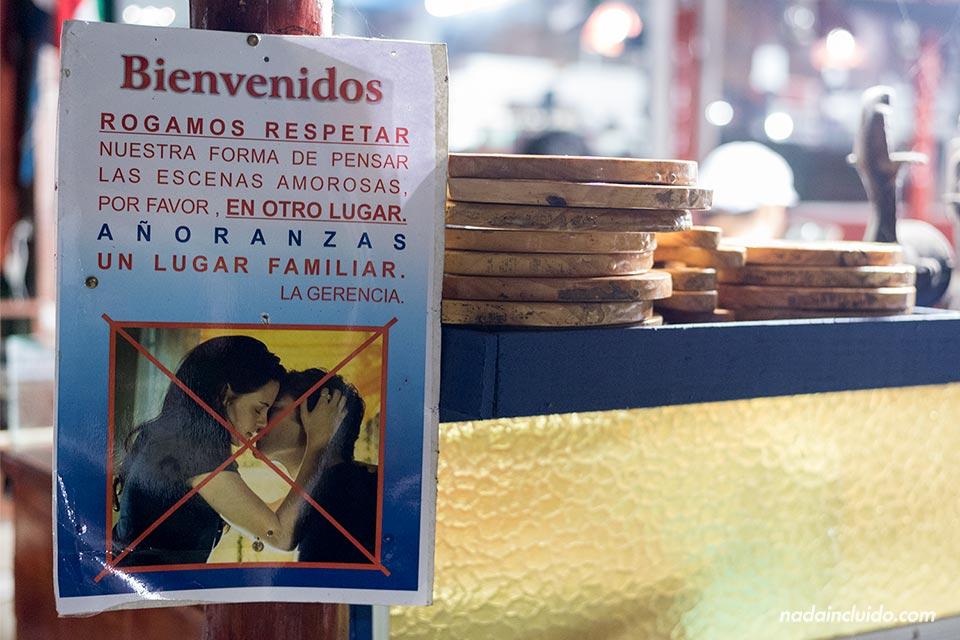 Cartel de se prohíben las escenas amorosas a la entrada del Restaurante Añoranzas, San José (Costa Rica)