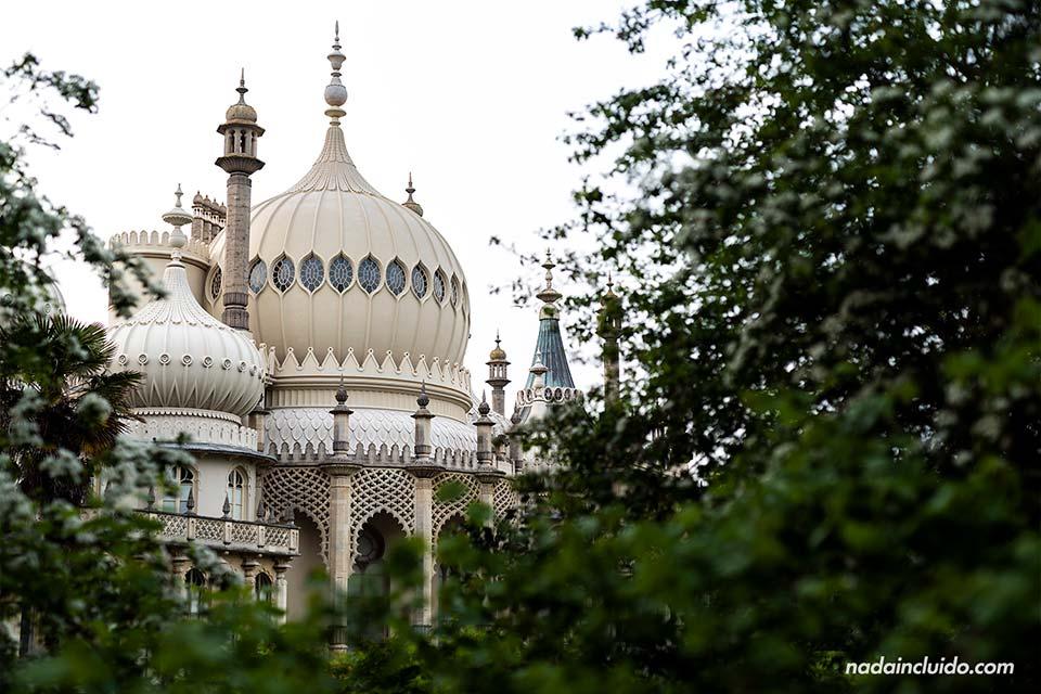 El Royal Pavilion de Brighton entre los árboles (Inglaterra)