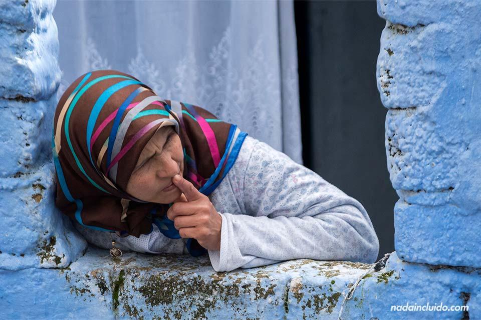 Señora en un ventana de la medina de Chefchaouen (Marruecos)