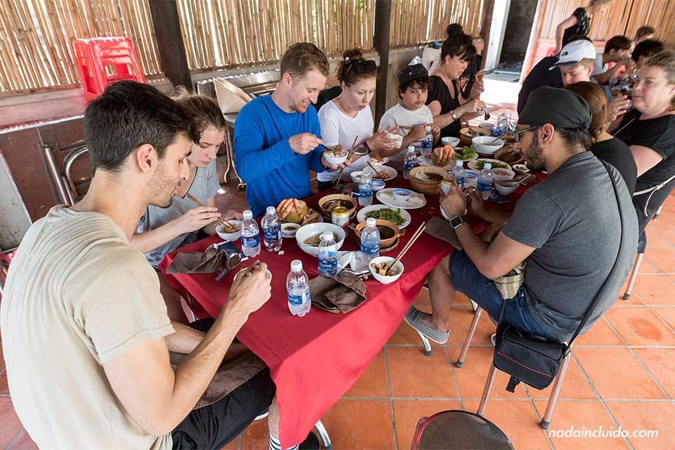 Comiendo en una orfanato budista en el delta del Mekong (Vietnam)