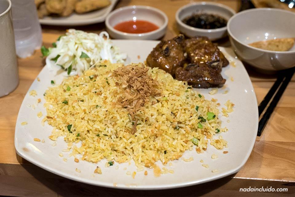 Comiendo un plato de arroz en un restaurante coreano de Hanoi (Vietnam)