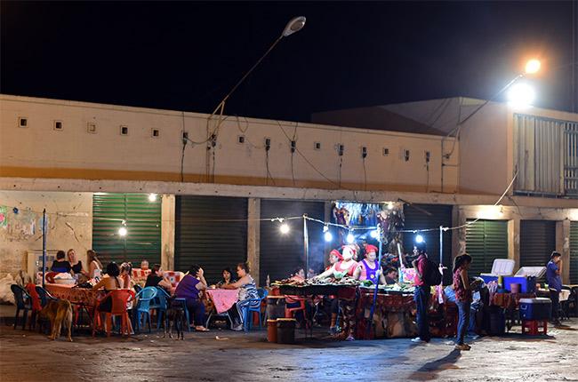 Puesto de comida en las calles de León (Nicaragua)