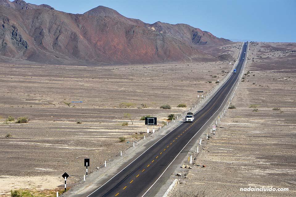 Paso de la carretera panamericana por Perú, a la altura de Nazca