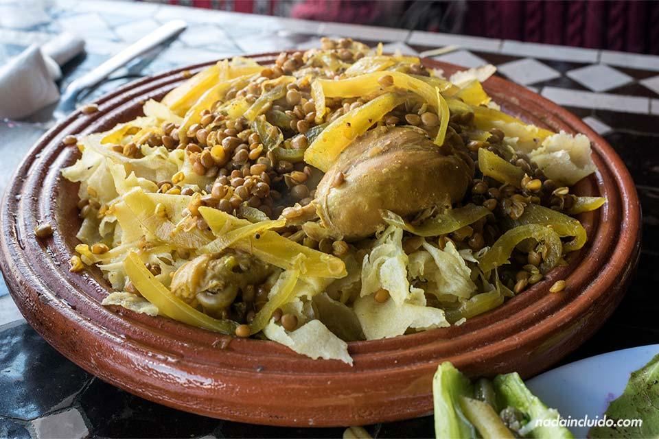 """Comiendo """"trid au polet"""" en el restaurante Dar Naji (Rabat, Marruecos)"""