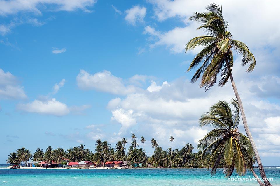 Vista de Isla Diablo desde Isla Perro Chico, en el archipiélago de San Blas (Panamá)