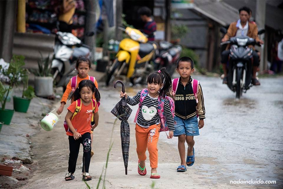 Niños vietnamitas vuelven a casa tras el colegio en el pueblo de Ta Van (Vietnam)