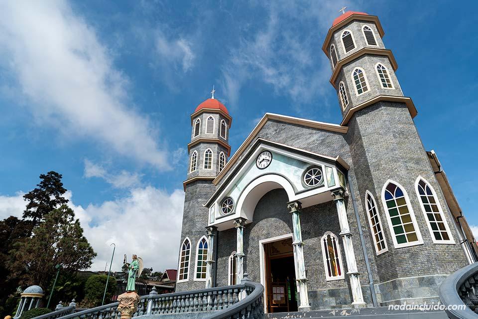 Fachada de la parroquia de San Rafael, en Zarcero (Costa Rica)