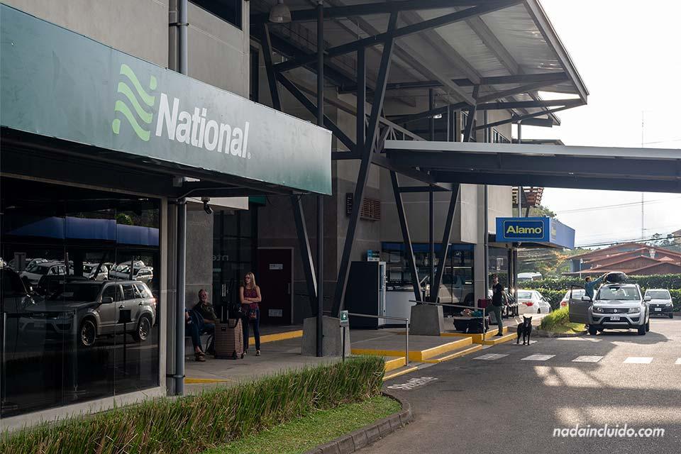 Oficinas de para alquilar coche en Costa Rica en el aeropuerto internacional Juan Santa María