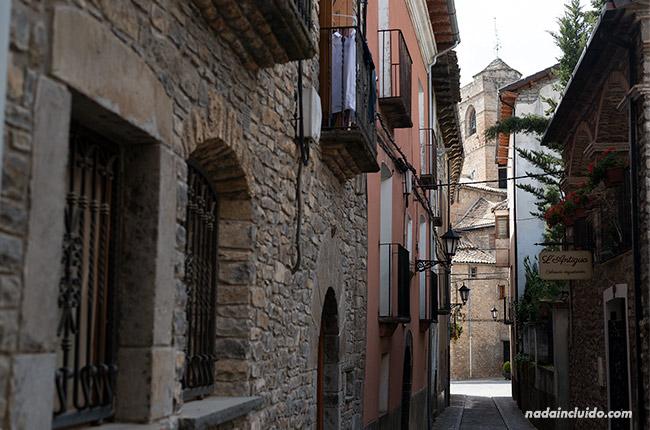 Calle de Boltaña con vistas a la iglesia (Sobrarbe, Aragón)