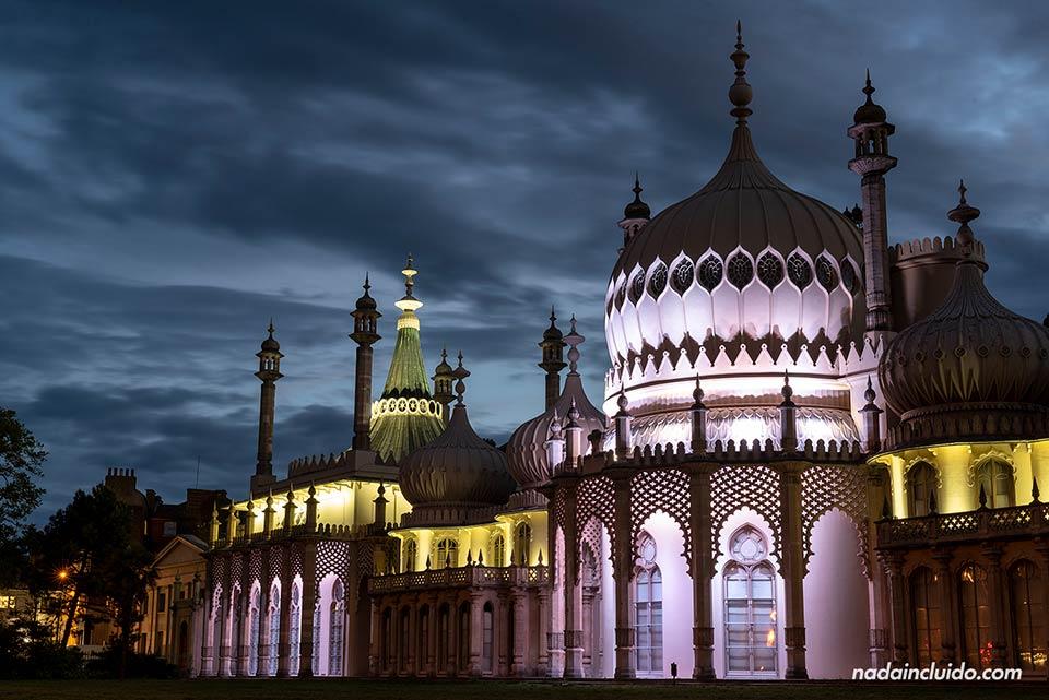 Iluminación nocturna del Royal Pavilion de Brighton (Inglaterra)