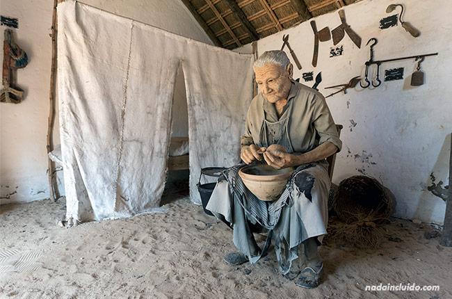 Estatua de anciana en el museo del moscatel de Chipiona (Cádiz)