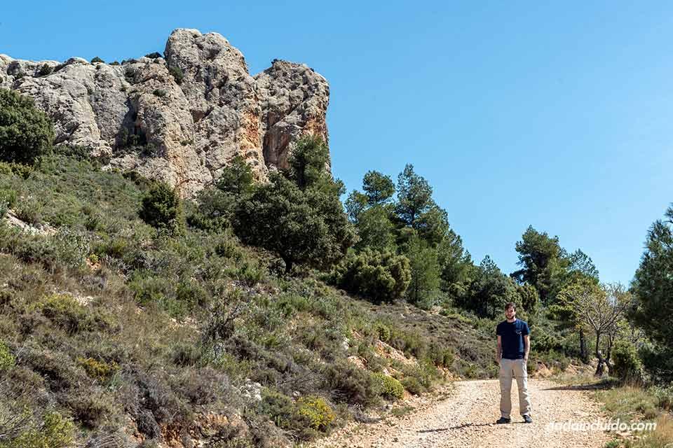 En el sendero hacia las Peñas de Masmut, uno de los lugares para ver en el Matarraña (Aragón)
