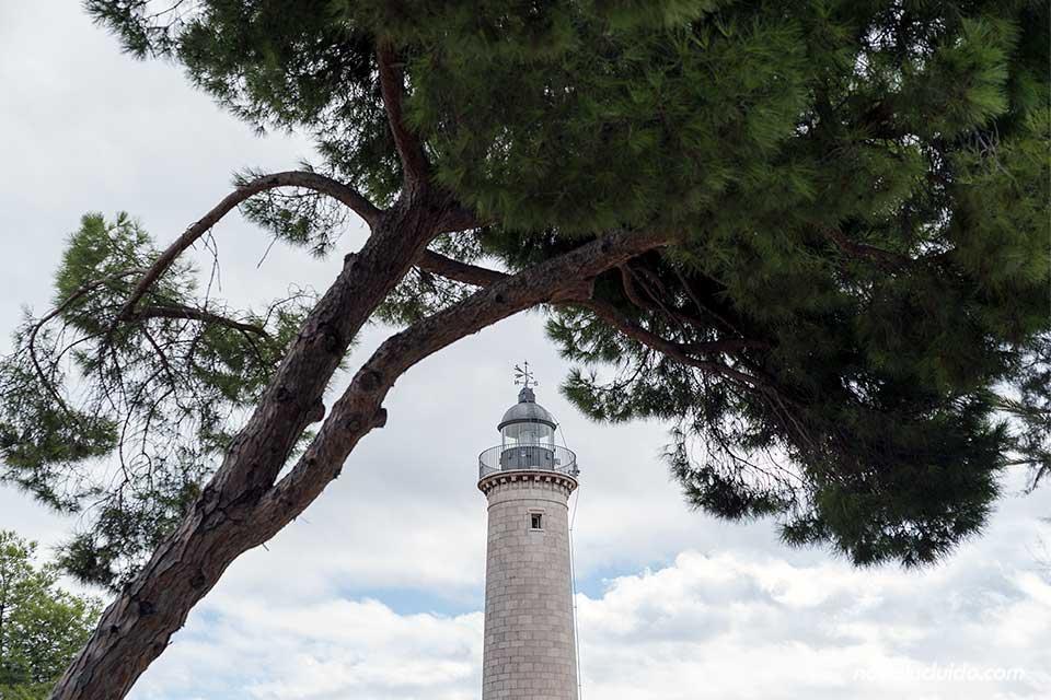 Faro de Vilanova i la Geltrú entre los árboles