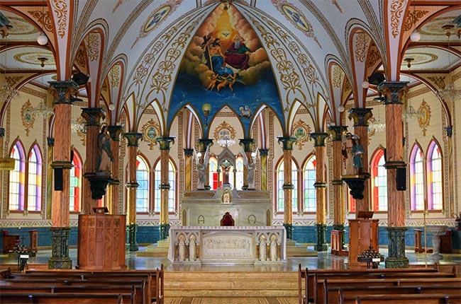 Altar de la iglesia de San Rafael en Zarcero (Costa Rica)