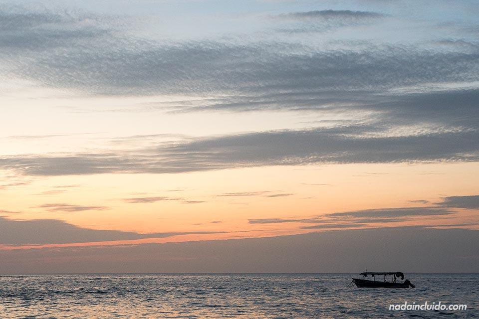 Barco en la Bahía de los Piratas (Costa Rica)