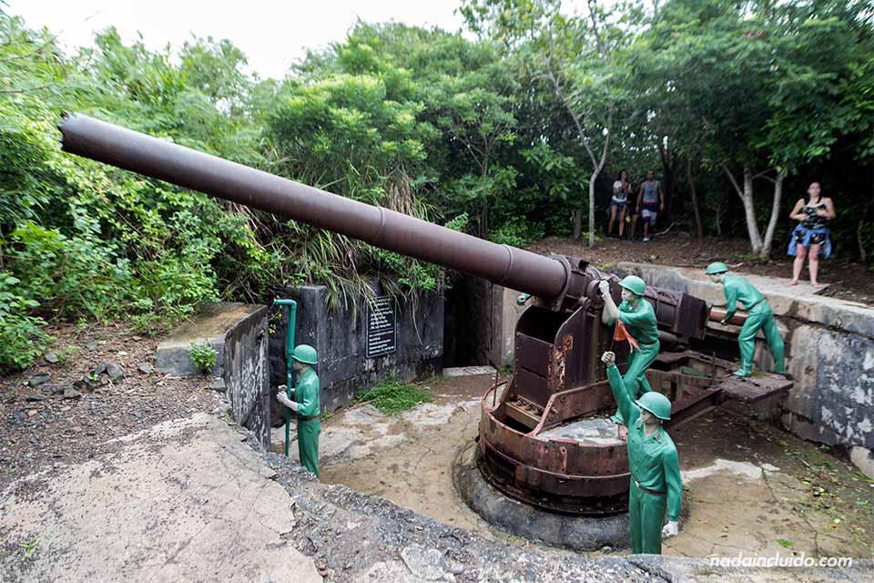 Cañón antibarcos en el fuerte de la Isla de Cat Ba (Vietnam)