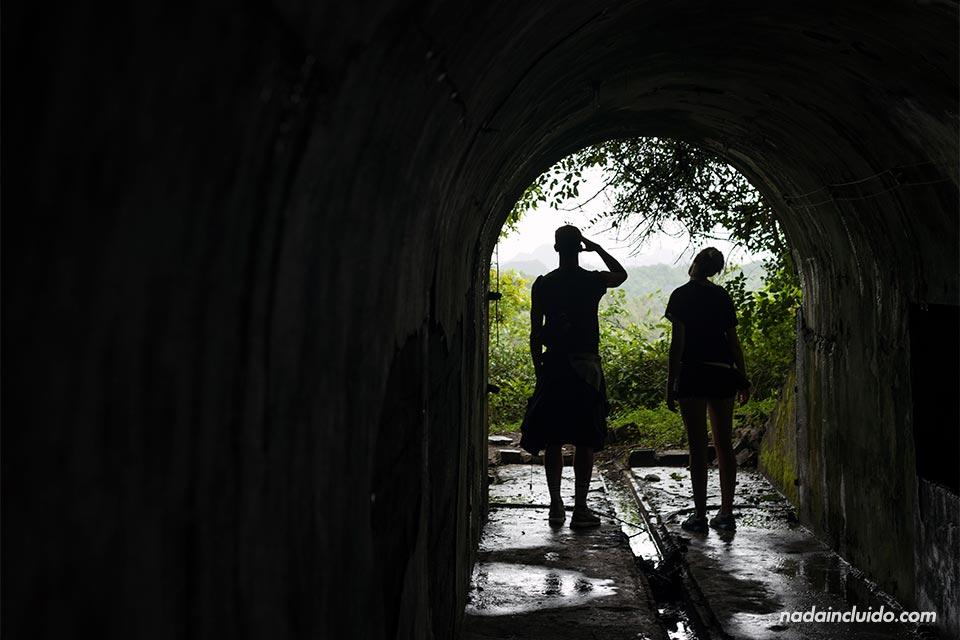 Túnel en el Fuerte Cañón, en lo alto de la Isla de Cat Ba (Vietnam)