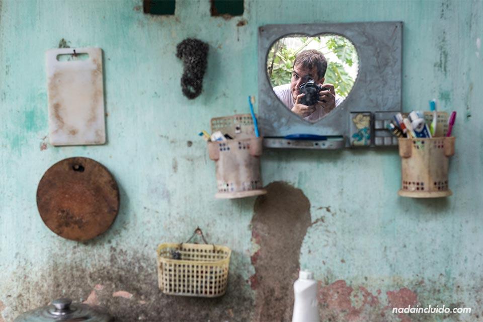 Mi reflejo en un espejo de una casa humilde de los alrededores de Hoi An (Vietnam)