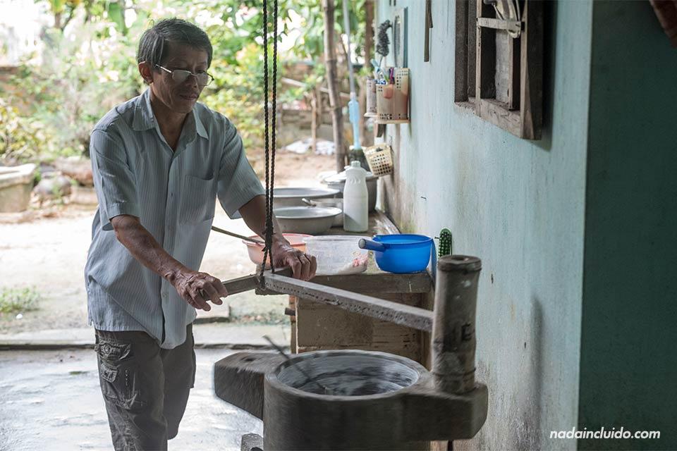 Moliendo arroz en una aldea de los alrededores de Hoi An (Vietnam)