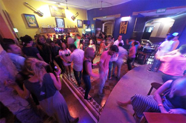Noche de salsa en el bar La Olla Quemada de León (Nicaragua)