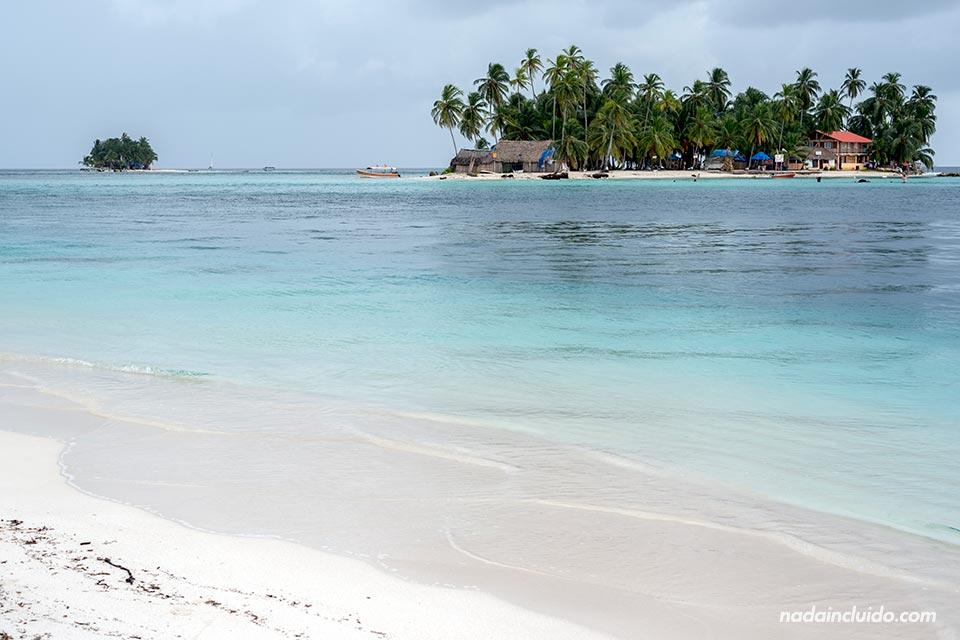 Playa de Isla Diablo con vistas a isla Perro Chico, en el archipiélago de San Blas (Panamá)