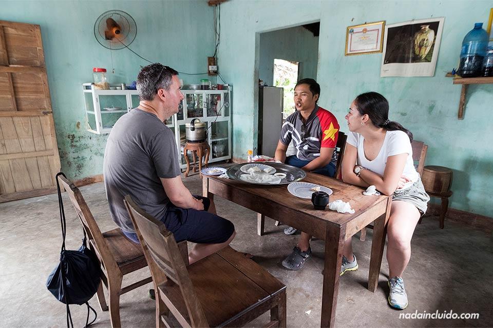 Comiendo en un aldea de los alrededores de Hoi An (Vietnam)