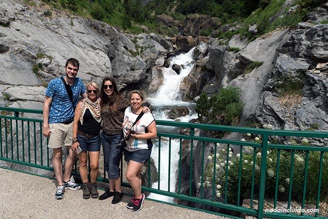Blogueros de viaje en la cascada del río Cinca en el Valle de Pineta del Parque Nacional de Ordesa y Monte Perdido (Sobrarbe, Aragón)