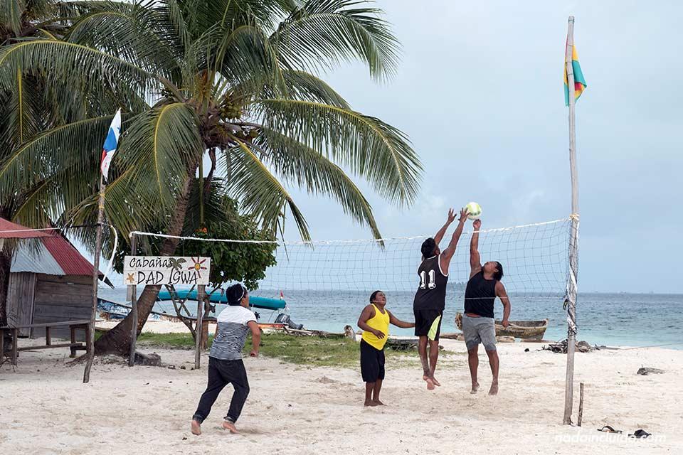 Jugando a voleibol en Isla Diablo, archipiélago de San Blas (Panamá´)